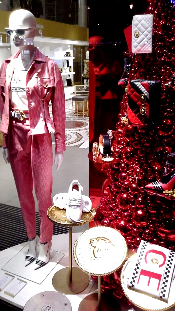 #versace #versacebarcelona #versacespain #window #escaparate #fashion #trend #luxe (1)