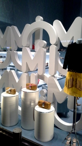 #miumiu #escaparate #vetrina #miumiufashion #shoponlinemiumiu #luxe #paseodegracia #miumiuspain #barcelonatrend #moda #aparadorbarcelona #window (2)