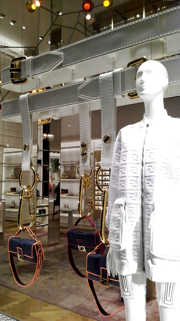 #fendi #fendib arcelona #fendispain #shop #luxury #escaparate #window #trendy #vetrina #escaparatista #visualmerchandiser #moda (7)