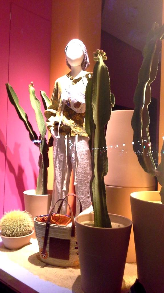 #loewe #paulas #loewebcn #loewespain #loeweshop #luxe #escaparate #escaparatista #visualmerchandiser #ootd #fashion #trendy (1)