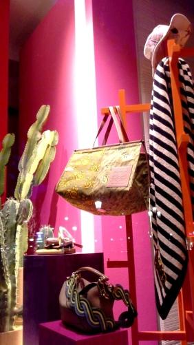 #loewe #paulas #loewebcn #loewespain #loeweshop #luxe #escaparate #escaparatista #visualmerchandiser #ootd #fashion #trendy (10)