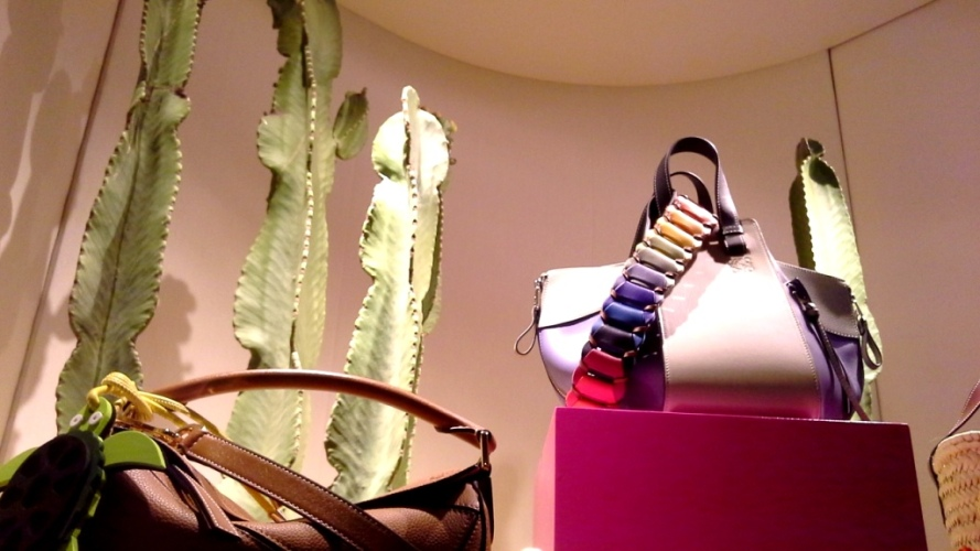 #loewe #paulas #loewebcn #loewespain #loeweshop #luxe #escaparate #escaparatista #visualmerchandiser #ootd #fashion #trendy (8)