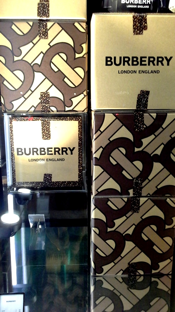 #burberry #burberrypaseodegracia #luxe #escaparatebarcelona #visualmerchandiser #burberrytrendy #fashion (10)