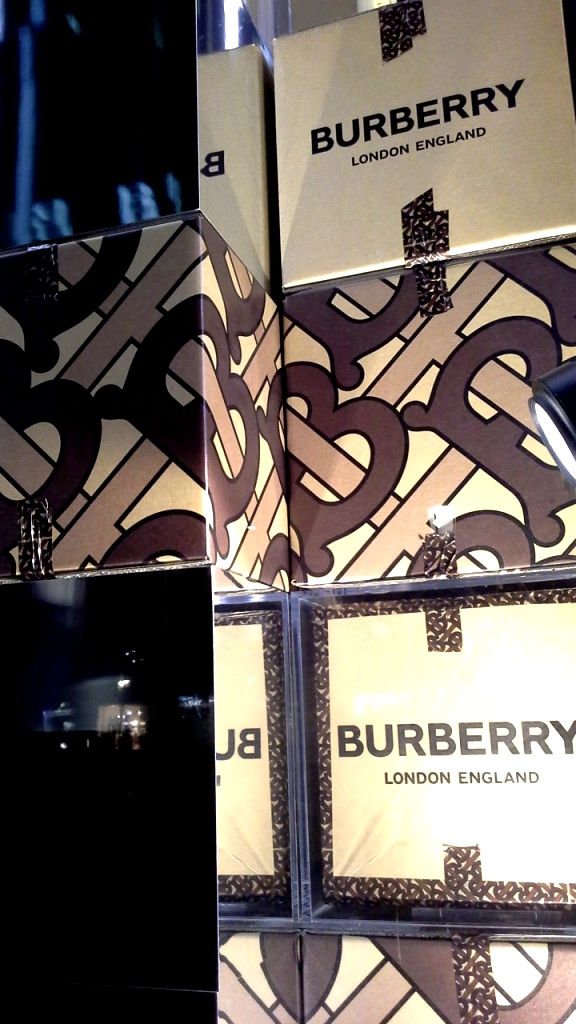 #burberry #burberrypaseodegracia #luxe #escaparatebarcelona #visualmerchandiser #burberrytrendy #fashion (5)