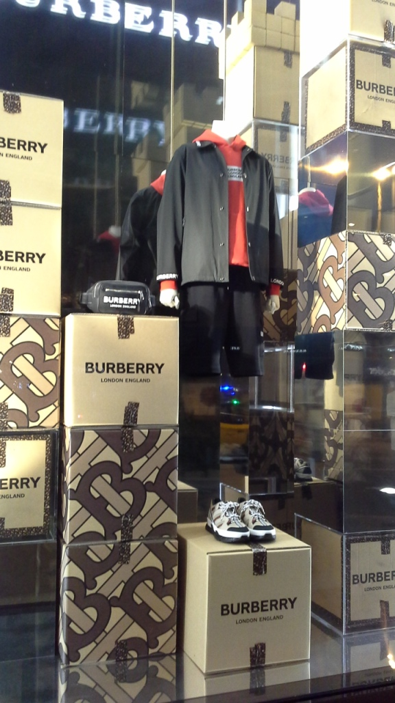 #burberry #burberrypaseodegracia #luxe #escaparatebarcelona #visualmerchandiser #burberrytrendy #fashion (9)
