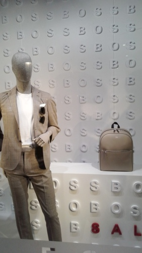 #hugoboss #hugobossbarcelona #luxe #fashion #trendy #escaparate #escaparatebarcelona #vetrina #window #visualmerchandiser #maniquie www.teviacescaparatismo.com (1)
