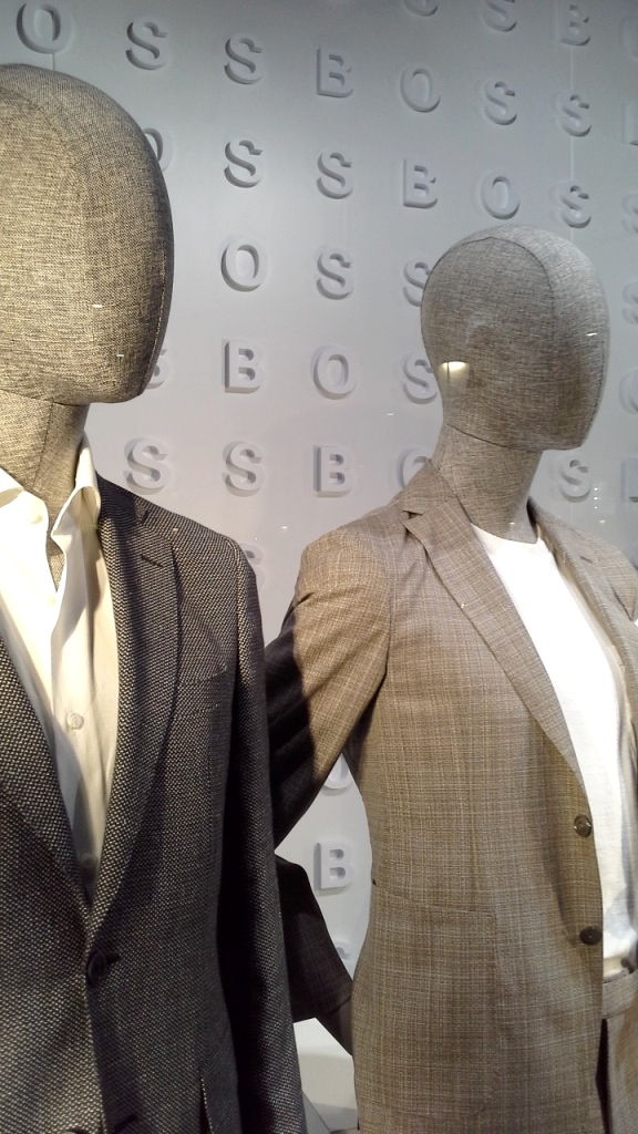 #hugoboss #hugobossbarcelona #luxe #fashion #trendy #escaparate #escaparatebarcelona #vetrina #window #visualmerchandiser #maniquie www.teviacescaparatismo.com (11)