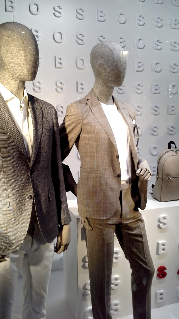 #hugoboss #hugobossbarcelona #luxe #fashion #trendy #escaparate #escaparatebarcelona #vetrina #window #visualmerchandiser #maniquie www.teviacescaparatismo.com (3)