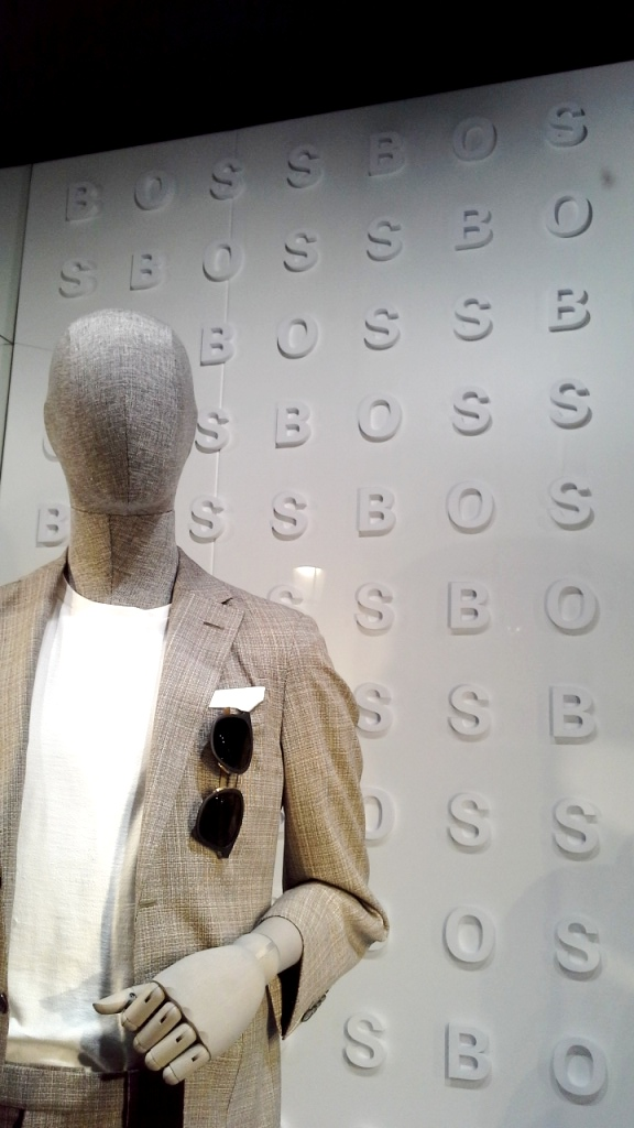 #hugoboss #hugobossbarcelona #luxe #fashion #trendy #escaparate #escaparatebarcelona #vetrina #window #visualmerchandiser #maniquie www.teviacescaparatismo.com (9)