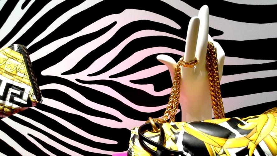 #versace #versacespain #versacebarcelona #shopversace #luxury #paseodegracia #escaparatebarcelona #vetrina #teviac #escaparatelover #lujo #moda #trendy #influencer (1 (10)