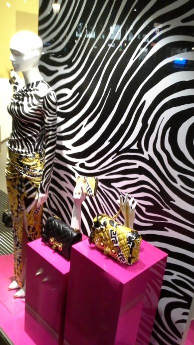 #versace #versacespain #versacebarcelona #shopversace #luxury #paseodegracia #escaparatebarcelona #vetrina #teviac #escaparatelover #lujo #moda #trendy #influencer (1 (15)