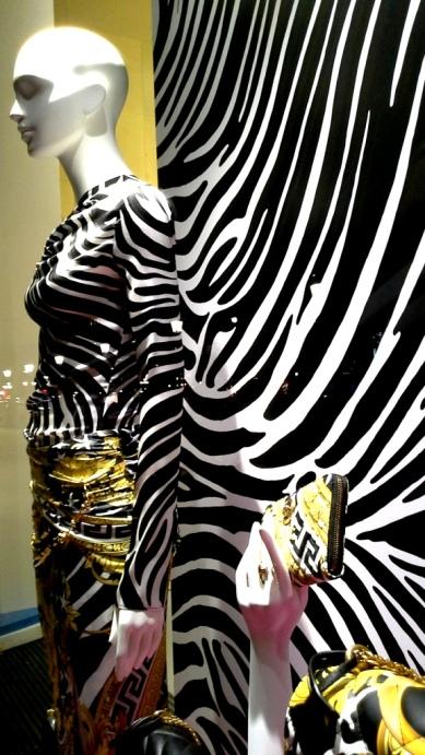 #versace #versacespain #versacebarcelona #shopversace #luxury #paseodegracia #escaparatebarcelona #vetrina #teviac #escaparatelover #lujo #moda #trendy #influencer (1 (9)