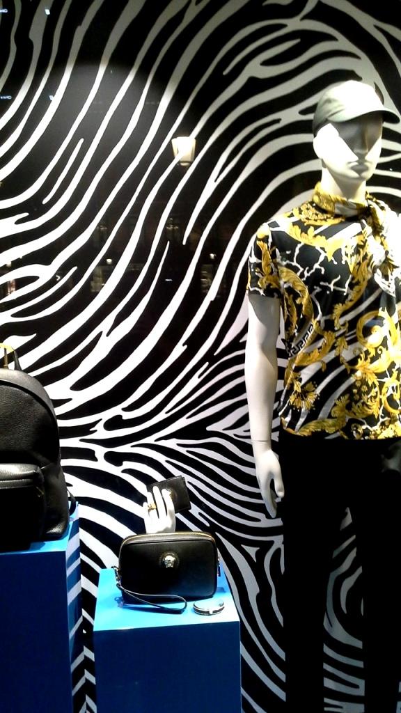 #versace #versacespain #versacebarcelona #shopversace #luxury #paseodegracia #escaparatebarcelona #vetrina #teviac #escaparatelover #lujo #moda #trendy #influencer (1)