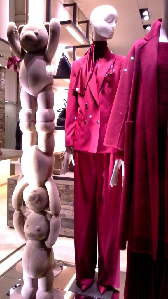 #maxmara #escaparatemaxmara #shopmaxmara #maxmarabarcelona #paseodegracia #fashion #vetrina #teviac #escaparatelover #luxury (3)