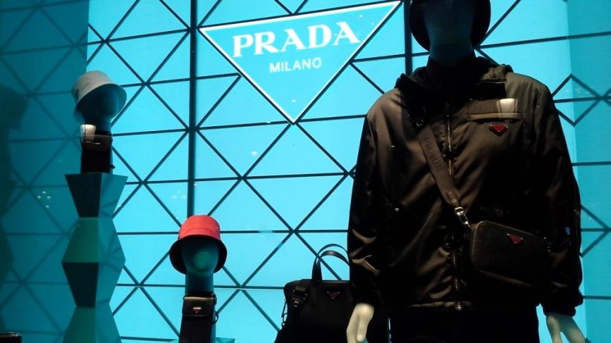 #prada #pradaescaparate#pradavetrina #pradabarcelona #luxury #aparador #window #pradapaseodegracia #pradaspain #shopprada #teviac www.teviacescaparatismo.com (3)