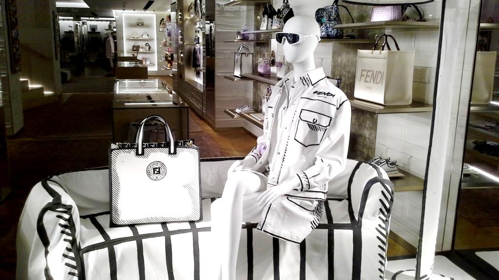 #fendi #fendibarcelona #shopfendi #fendipaseodegracia #luxury #teviac www.teviacescaparatismo.com #escaparatelover (1)