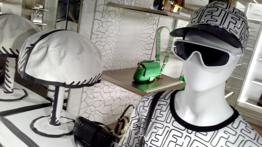 #fendi #fendibarcelona #shopfendi #fendipaseodegracia #luxury #teviac www.teviacescaparatismo.com #escaparatelover (10)