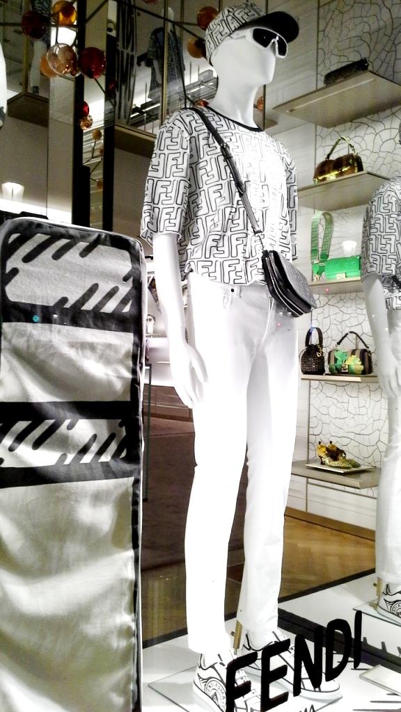 #fendi #fendibarcelona #shopfendi #fendipaseodegracia #luxury #teviac www.teviacescaparatismo.com #escaparatelover (14)