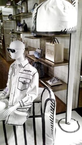 #fendi #fendibarcelona #shopfendi #fendipaseodegracia #luxury #teviac www.teviacescaparatismo.com #escaparatelover (2)