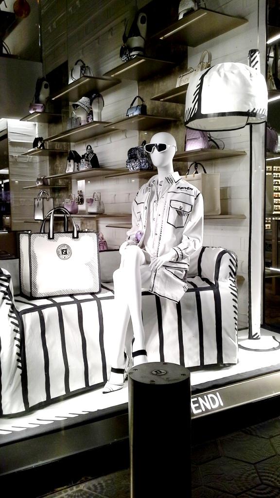 #fendi #fendibarcelona #shopfendi #fendipaseodegracia #luxury #teviac www.teviacescaparatismo.com #escaparatelover (8)