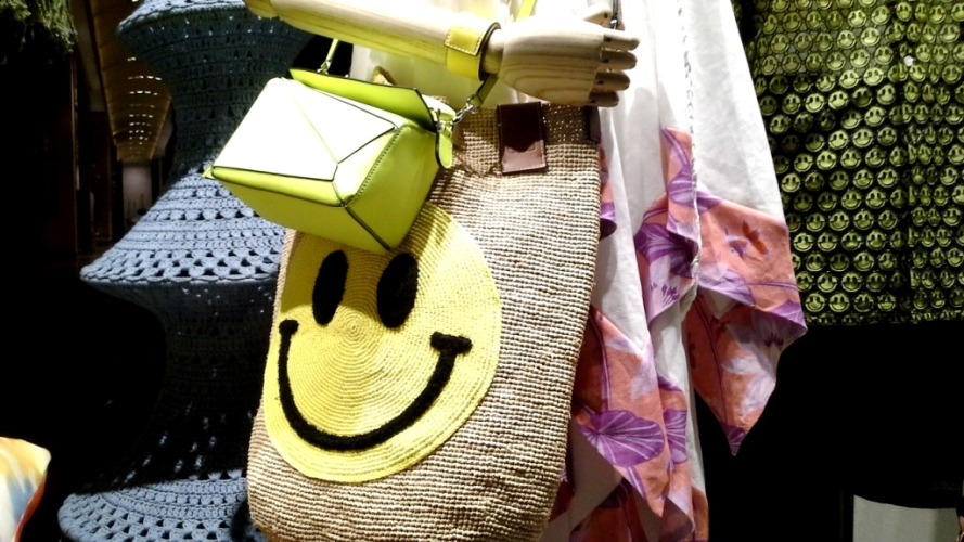 #loewe #comprarloewe #paseodegracia #tourism #luxe #comprasdelujo #loewebarcelona #shop #aparador #visualmerchandiser #moda #fashion www.teviacescaparatismo.com (1)