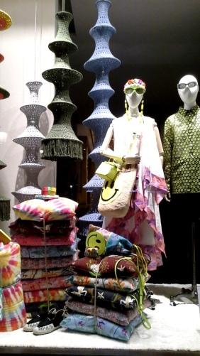 #loewe #comprarloewe #paseodegracia #tourism #luxe #comprasdelujo #loewebarcelona #shop #aparador #visualmerchandiser #moda #fashion www.teviacescaparatismo.com (5)