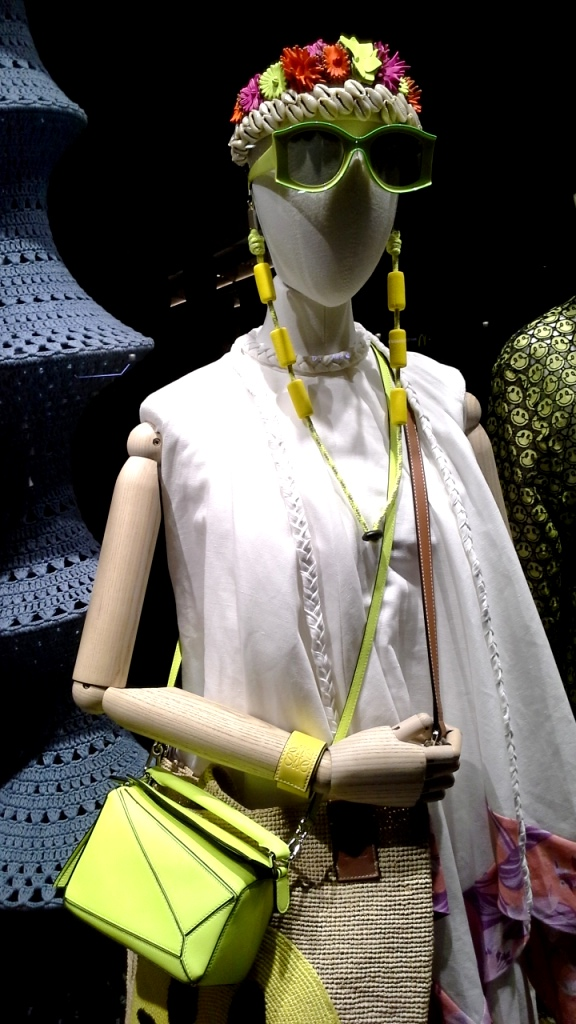 #loewe #comprarloewe #paseodegracia #tourism #luxe #comprasdelujo #loewebarcelona #shop #aparador #visualmerchandiser #moda #fashion www.teviacescaparatismo.com (9)
