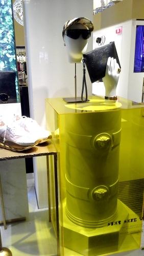 #comprar #versace #escaparate www.teviacescaparatismo.com (2)