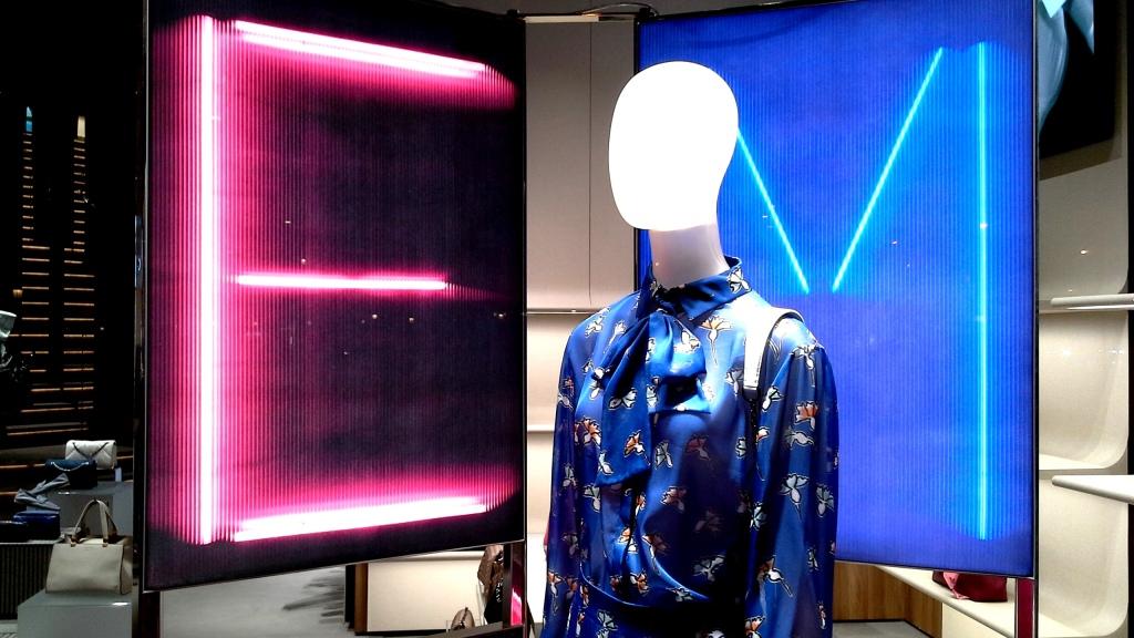 emporio armani tiendade lujo en barcelona en paseo de gracia . escaparates muy top en su nueva tienda . bienvenido al nuevo luxurystyle de ea